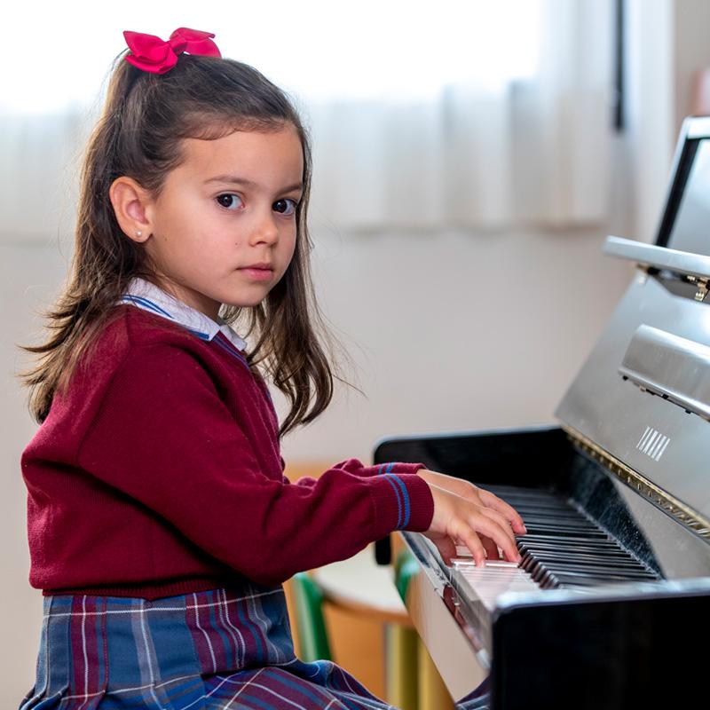 Alumna tocando el piano
